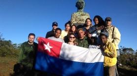 10-La-bandera-de-Carlos-Manuel-de-Cespedes-frente-al-monumento.jpg