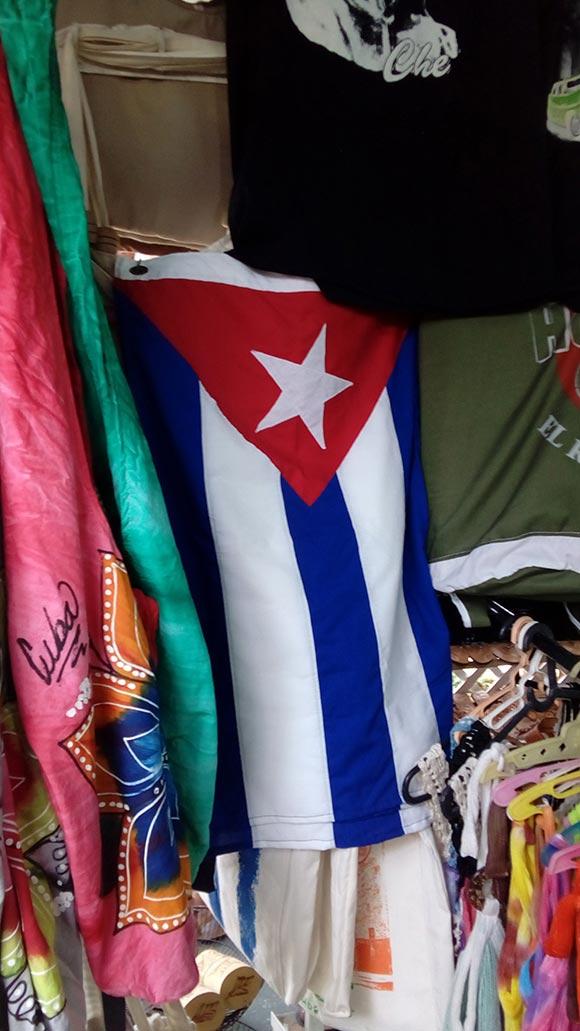 El precio de esta bandera es 15 CUC, Eusebio Leal considera que la enseña nacional debe comecializarse a precios más bajo para que el pueblo pueda tenerla y no en los mismos espacios donde se vende todo tipo de productos. Foto: L. Eduardo Domínguez/ Cubadebate.