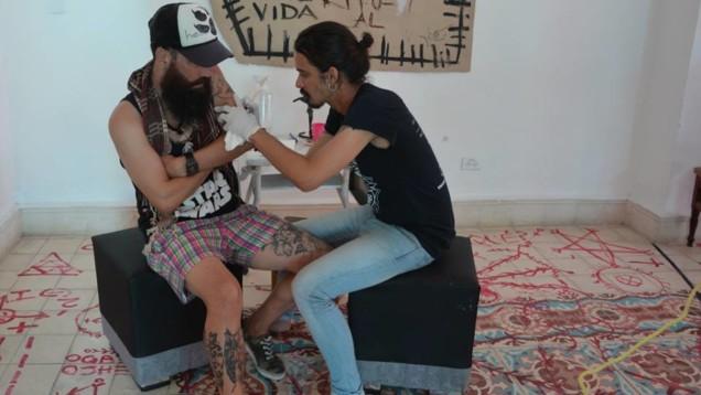 Yiki-en-sesion-de-tatuaje-Foto. Yusmel Perez