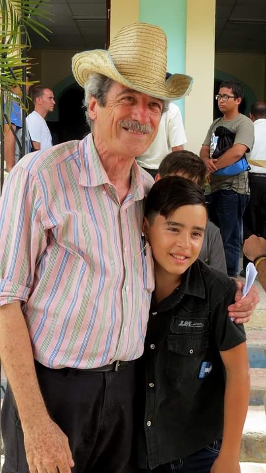El director de cine Fernando Pérez junto a uno de los niños realizadores del Proyecto Audiovisual Infantil Picacho